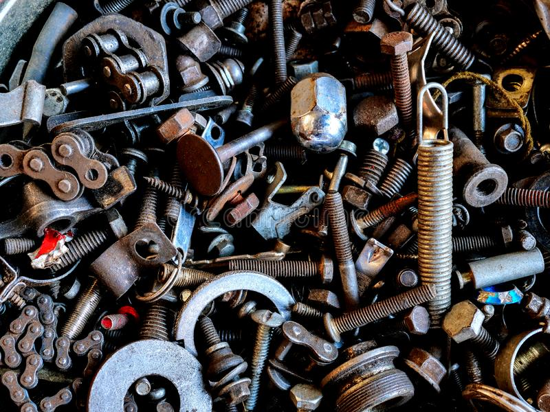 Bultar för metallskräpmuttrar arkivfoton