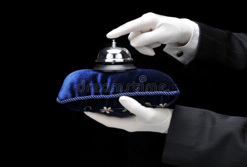 Bulter, das Bell auf Kissen schellt stockbild