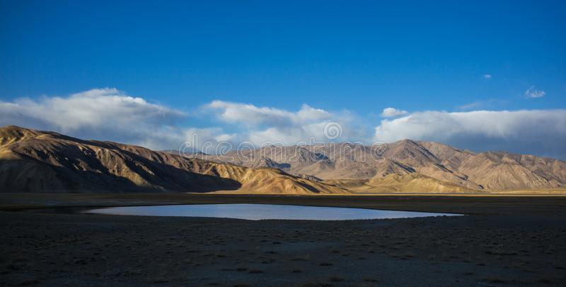 Bulunkul,塔吉克斯坦:帕米尔山的Yashikul湖在塔吉克斯坦的Bulunkul附近 库存图片
