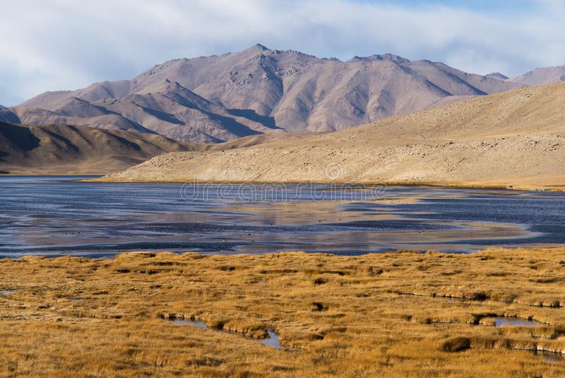 Bulunkul,塔吉克斯坦:Bulunkul湖美丽的景色在塔吉克斯坦的帕米尔 免版税库存图片