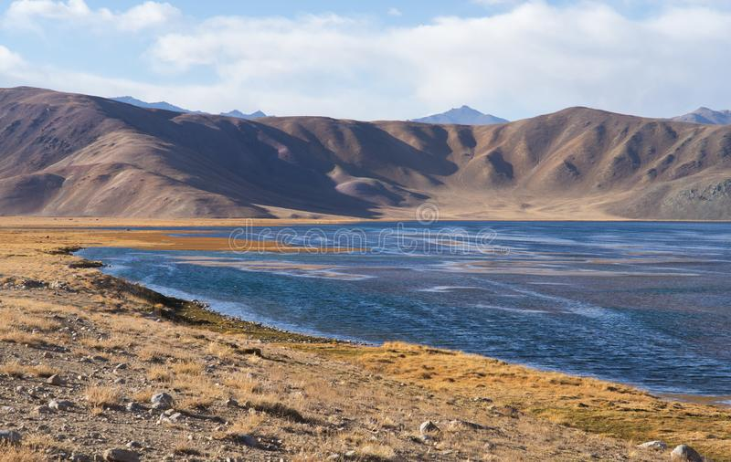 Bulunkul, le Tadjikistan : Belle vue de lac Bulunkul dans Pamir dans le Tadjikistan images stock