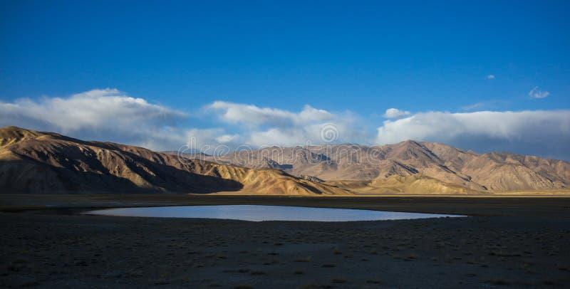 Bulunkul, Tadzjikistan: Yashikulmeer in de bergen van Pamir dichtbij Bulunkul in Tadzjikistan stock afbeelding