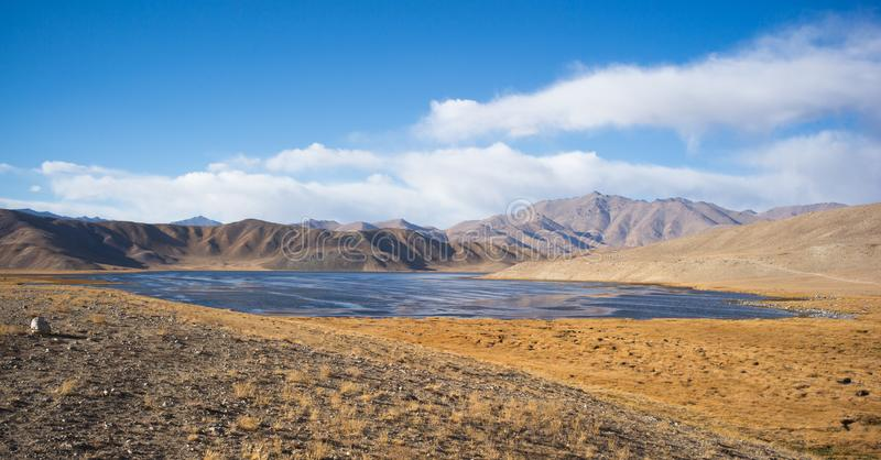 Bulunkul, Tayikistán: Hermosa vista del lago Bulunkul en Pamir en Tayikistán foto de archivo libre de regalías