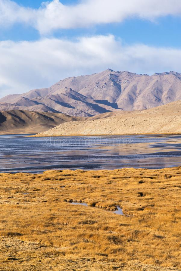 Bulunkul, Tayikistán: Hermosa vista del lago Bulunkul en Pamir en Tayikistán fotografía de archivo libre de regalías