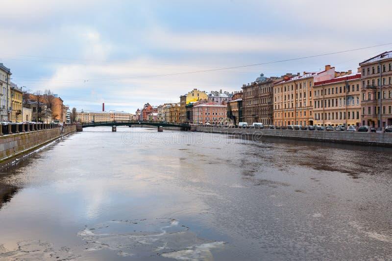 Bulwar Fontanka Krasnoarmeysky i rzeki most w świętym Petersburg, Rosja obraz stock