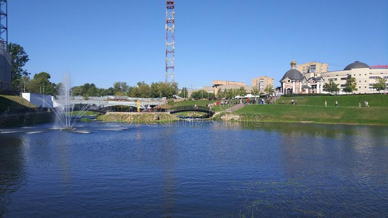 Bulwar Klyazma rzeka w mieście Shchelkovo, Moskwa region obrazy stock