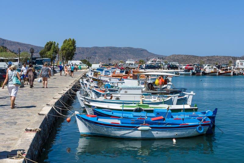 Bulwar małego elita turystyczny miasteczko - Elounda zdjęcie stock