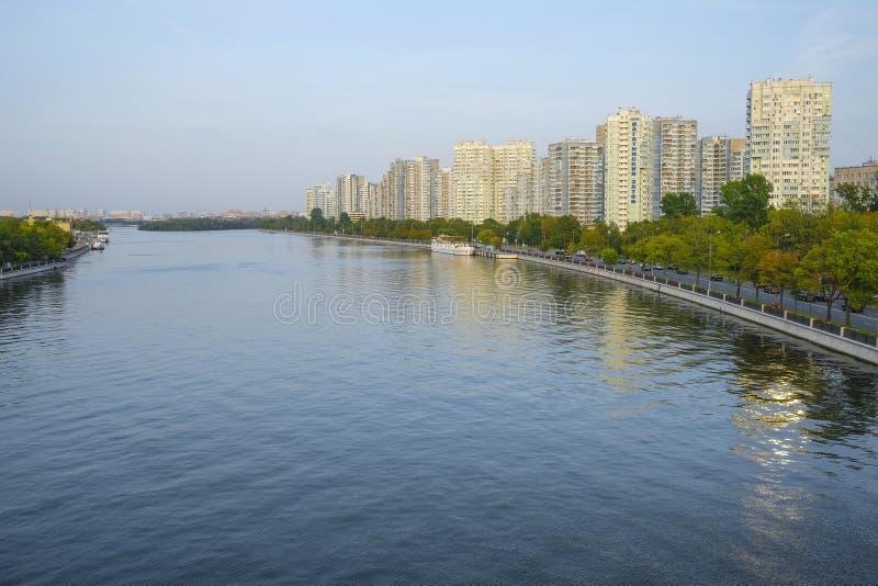 Bulwar Moskwa rzeka w Nagatinskiy Zaton Gromadzki pobliski parkowy Kolomenskoye w Moskwa fotografia stock