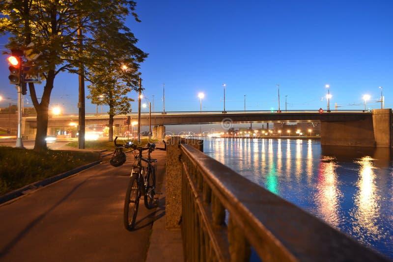 Bulwar Neva rzeka przy noc zdjęcie royalty free