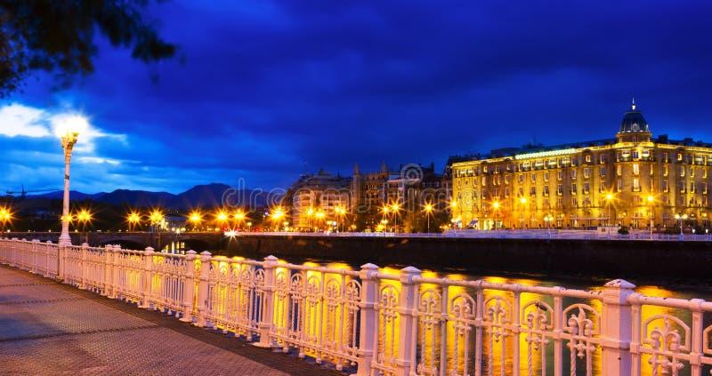 Bulwar Urumea rzeka w nocy San Sebastian obraz stock
