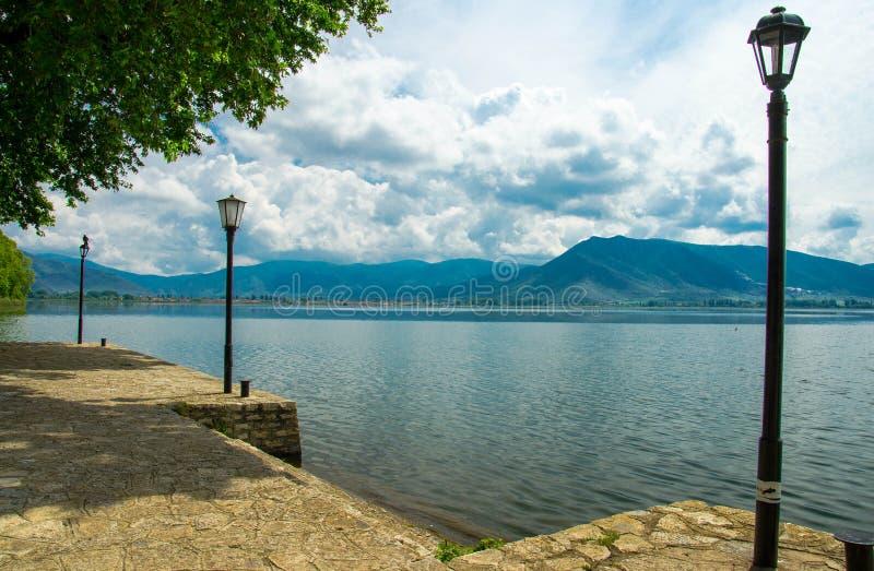 Bulwaru deptak Jeziorny Orestiada blisko Kastoria, Grecja zdjęcia royalty free