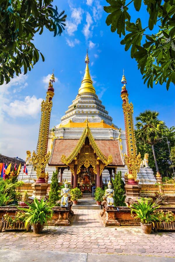 Bumibhol国王在白色Chedi前面站立在Wat张Yu 图库摄影