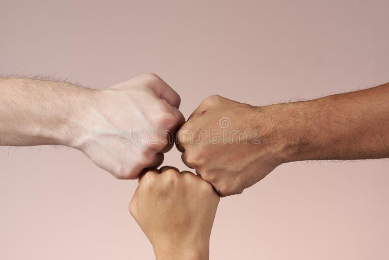 Bumping кулака руки стоковые фотографии rf