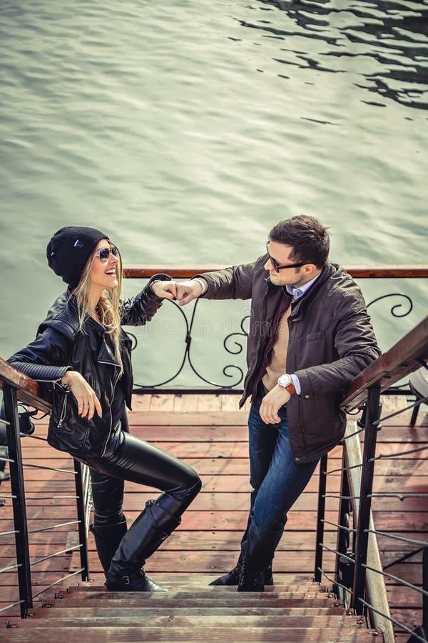 Bumping кулака человека и женщины стоковое изображение rf