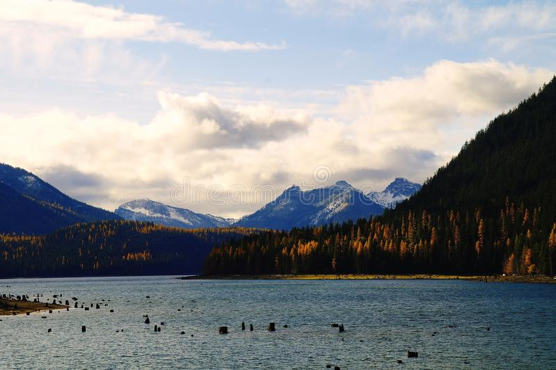 Bumping озеро в осени стоковые фото