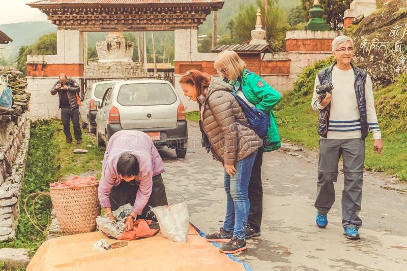 Bumthang, Bhután - 13 de septiembre de 2016: Turistas cerca del Kurjey fotos de archivo