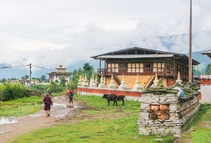 Bumthang, Butão - 13 de setembro de 2016: Arco butanês tradicional imagens de stock royalty free