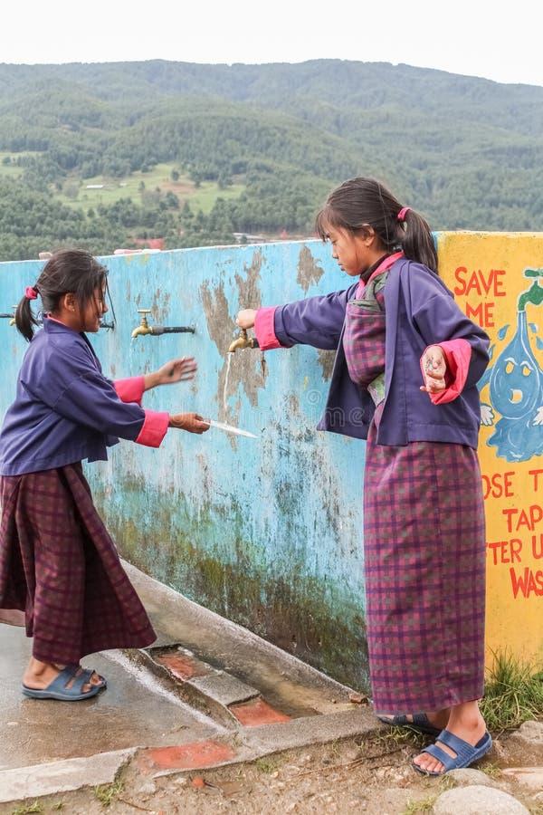 Bumthang, Butão - 14 de setembro de 2016: Estudantes na escola secundária mais inferior de Wangdicholing em Jakar, Bumthang, Butã fotografia de stock royalty free