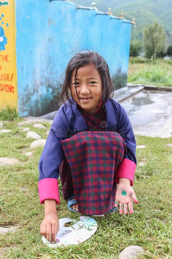 Bumthang, Butão - 14 de setembro de 2016: Estudantes na escola secundária mais inferior de Wangdicholing em Jakar, Bumthang, Butã foto de stock