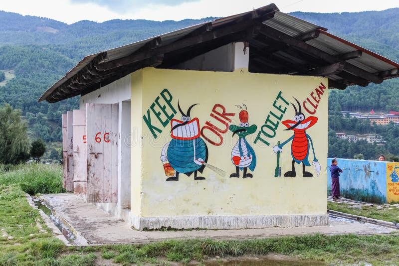 Bumthang, Butão - 14 de setembro de 2016: Ilustrações na parede do toalete na escola secundária mais inferior de Wangdicholing em foto de stock