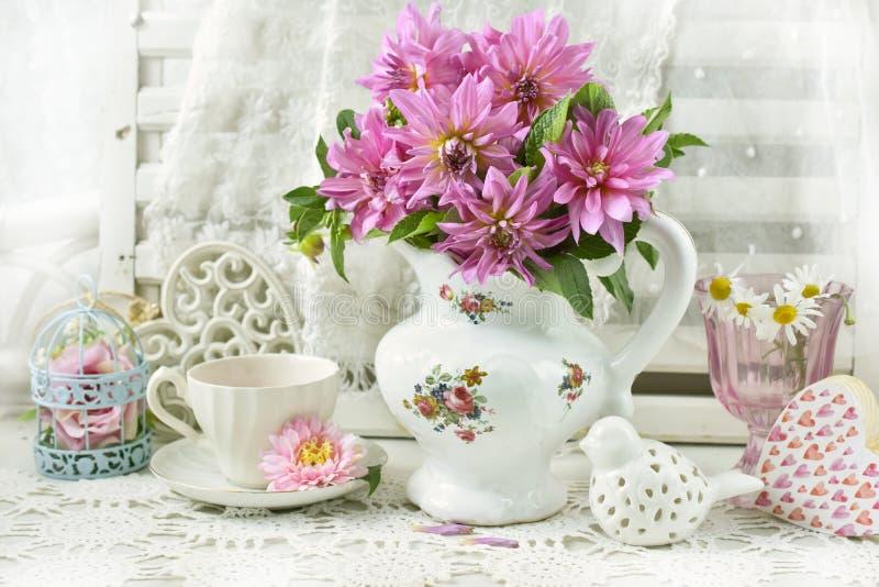 Bunch de dahlia rosa en jarra de porcelana fotos de archivo libres de regalías
