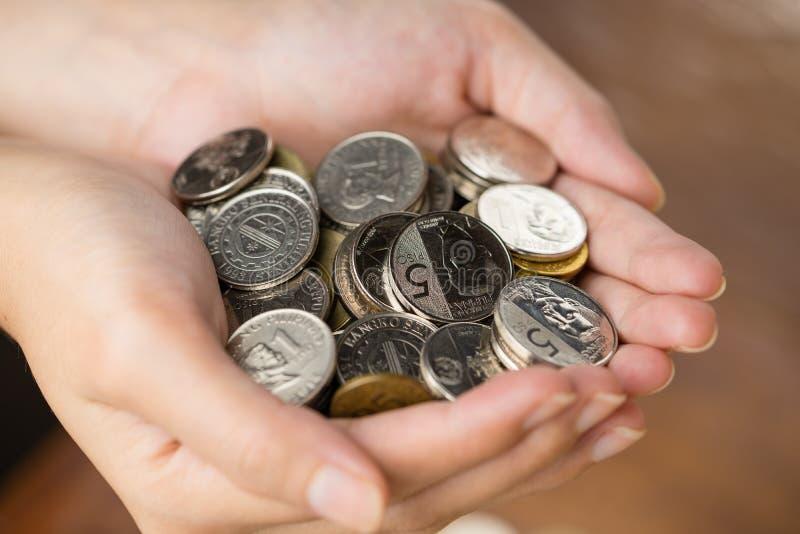 Bunch filipińskich monet peso na dłoni kobiety obraz stock
