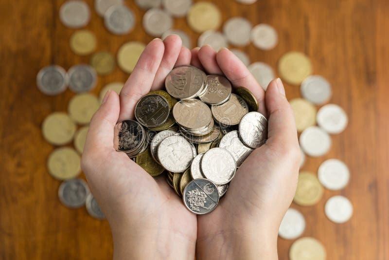 Bunch filipińskich monet peso na dłoni kobiety zdjęcie royalty free