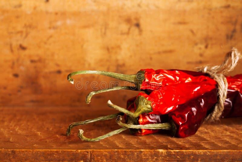 bunch skrzynka chillies gorącą inside papieru czerwień drewnianą obrazy royalty free