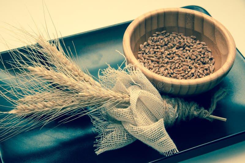 Bundel van tarwe op zwarte plaat stock afbeelding