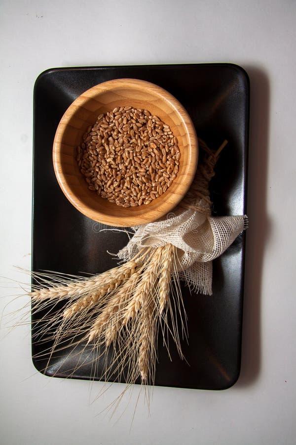 Bundel van tarwe op zwarte plaat stock foto