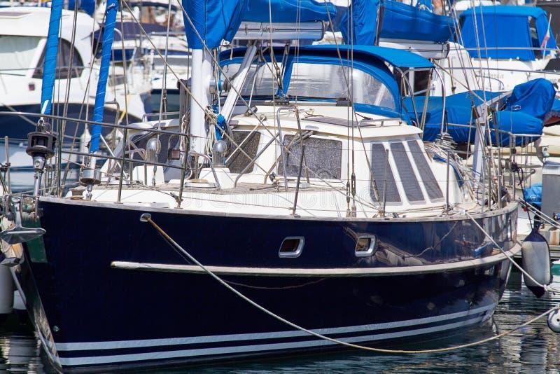 Bunden upp segelbåt i flottan royaltyfri fotografi