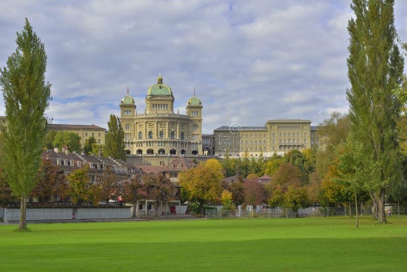 BundesHause (парламент Швейцарии) от Freibad Marzili Bern Швейцария стоковые фото