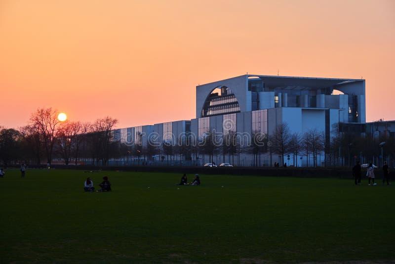 Bundeskanzleramt на заходе солнца стоковое фото rf