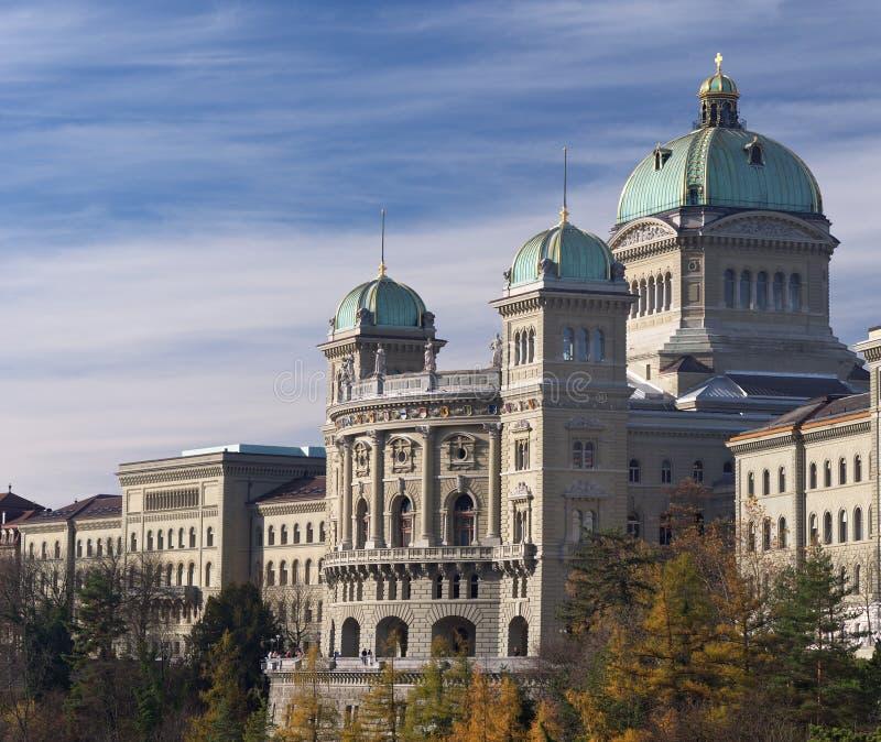 Bundespalast die Schweiz-der Seitenansicht im Herbst lizenzfreies stockfoto