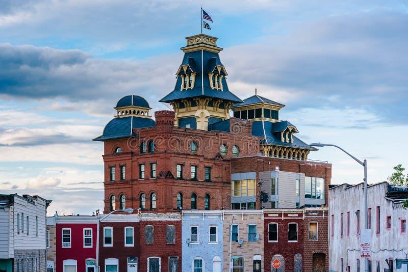 Bundesstraßenreihenhäuser und das amerikanische Brauerei-Gebäude in Baltimore, Maryland lizenzfreie stockbilder