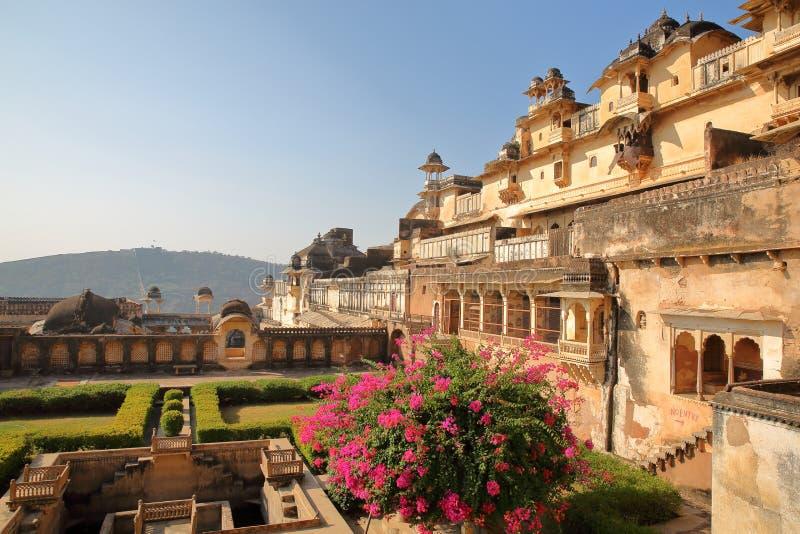 BUNDI, РАДЖАСТХАН, ИНДИЯ - 8-ОЕ ДЕКАБРЯ 2017: Красочные сады с внешним фасадом Chitrasala в дворце Garh Bundi стоковые фото
