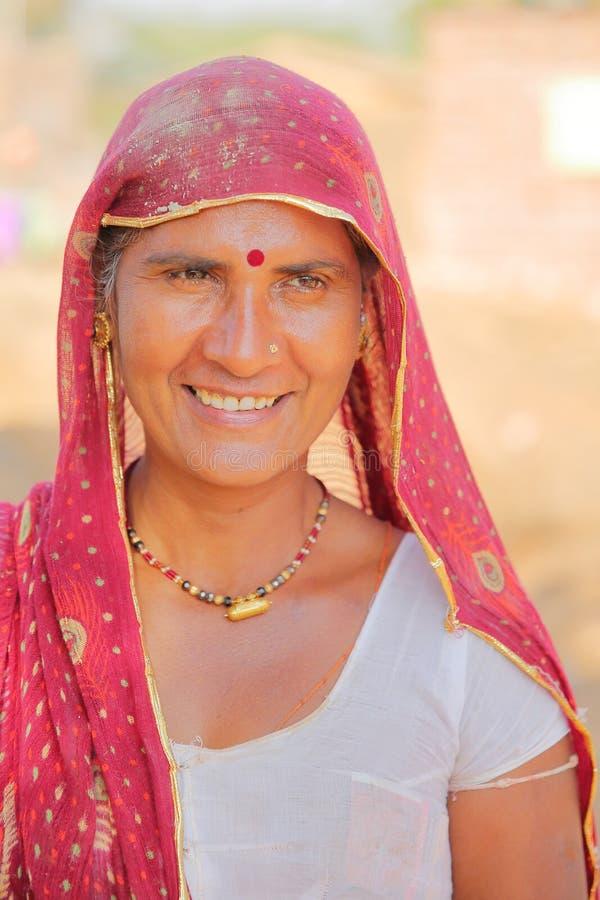 BUNDI, РАДЖАСТХАН, ИНДИЯ - 9-ОЕ ДЕКАБРЯ 2017: Портрет красивой женщины с красочным платьем в деревне близко к Bundi стоковые фотографии rf