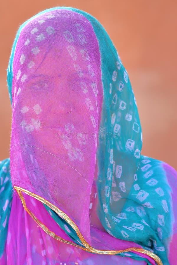 BUNDI, РАДЖАСТХАН, ИНДИЯ - 9-ОЕ ДЕКАБРЯ 2017: Портрет красивой женщины с красочным платьем и розовой вуали покрывая ее сторону i стоковое изображение rf