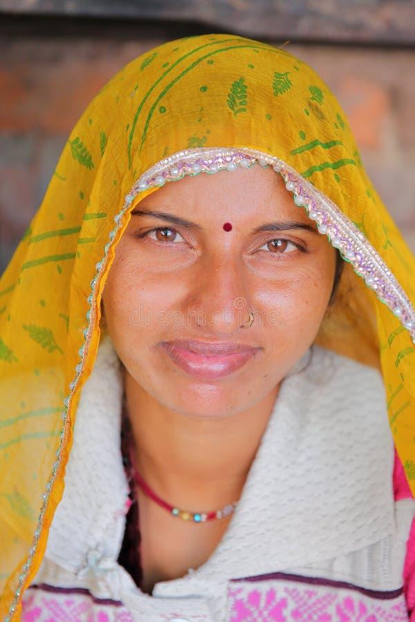 BUNDI, РАДЖАСТХАН, ИНДИЯ - 9-ОЕ ДЕКАБРЯ 2017: Портрет красивой молодой женщины с красочным платьем в деревне близко к Bundi стоковое изображение rf