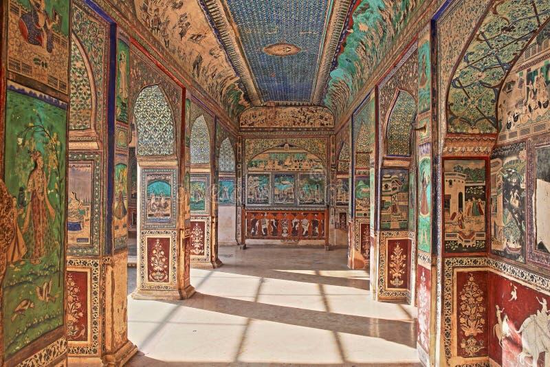 BUNDI, РАДЖАСТХАН, ИНДИЯ - 8-ОЕ ДЕКАБРЯ 2017: Стенные росписи на Chitrasala в дворце Garh Bundi стоковые изображения rf