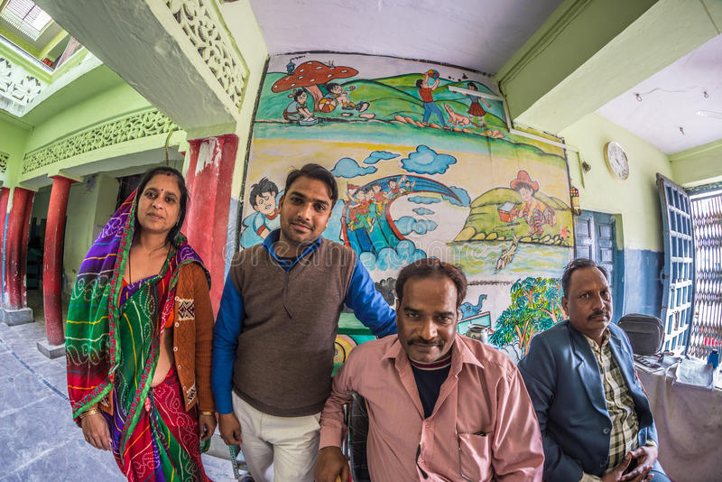 Bundi Indien - Februari 11, 2017: Fyra personer som ser kameran inom av lokal skola i Bundi, Rajasthan, Indien Distor för fisköga arkivbild