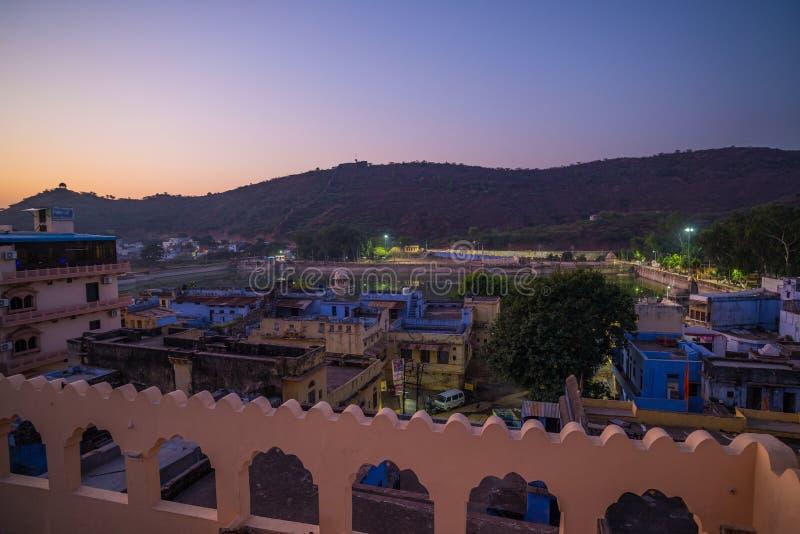 Bundi pejzaż miejski przy półmrokiem Majestatyczny miasto pałac na Jeziornym Pichola, podróży miejsce przeznaczenia w Rajasthan,  obrazy stock