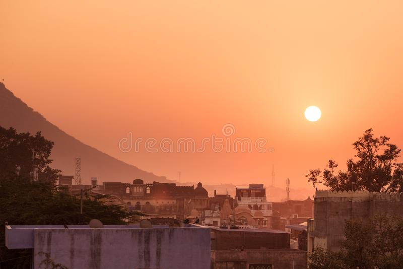 Bundi, Ragiastan, India Paesaggio urbano al tramonto, cielo variopinto immagine stock libera da diritti