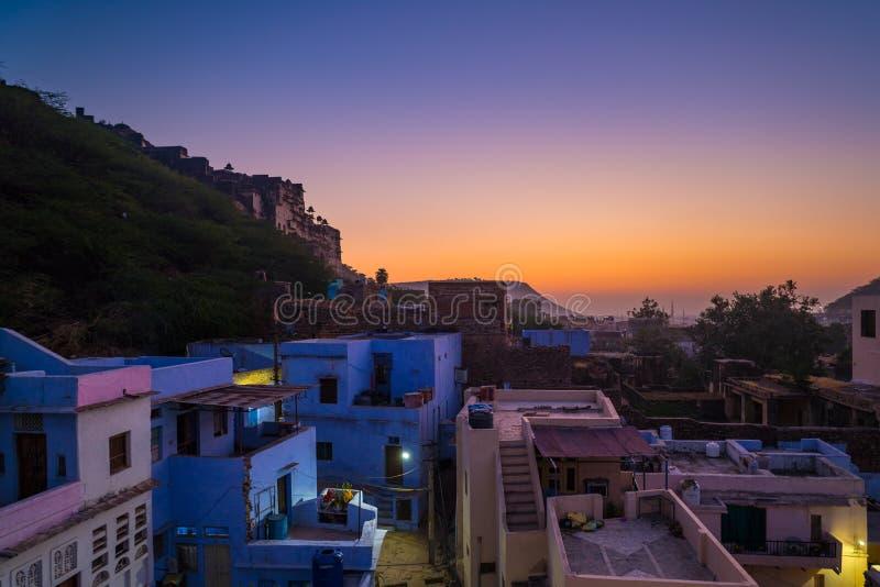 Bundicityscape bij schemer Het majestueuze stadspaleis op Meer Pichola, reisbestemming in Rajasthan, India stock afbeelding