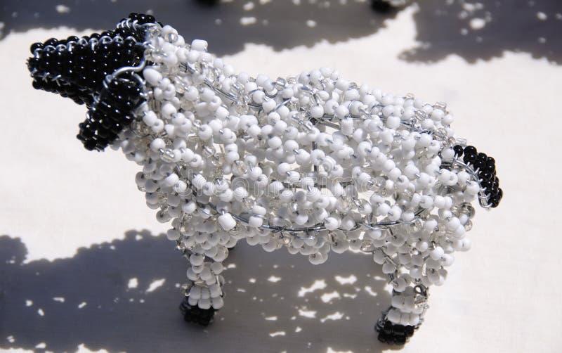 Bundit och prytt med pärlor afrikanskt djurt hantverk av ett får fotografering för bildbyråer