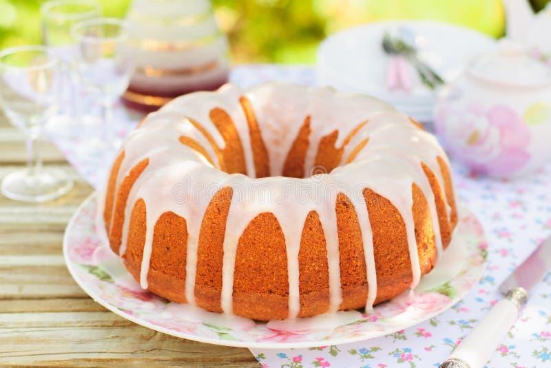 Bundt蛋糕冠上与糖釉 免版税图库摄影