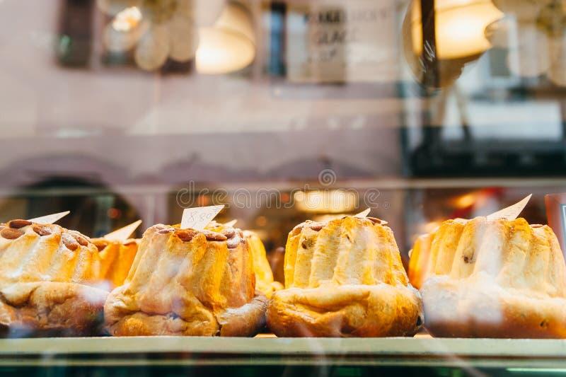 Bundt蛋糕在面包店商店 库存照片