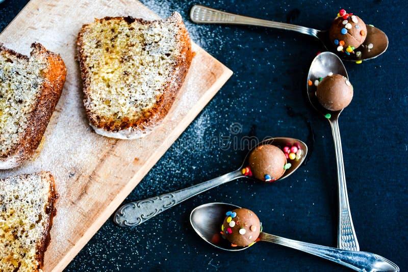 Bundt citronkaka, kopp kaffe och chokladbrända mandlar royaltyfria foton