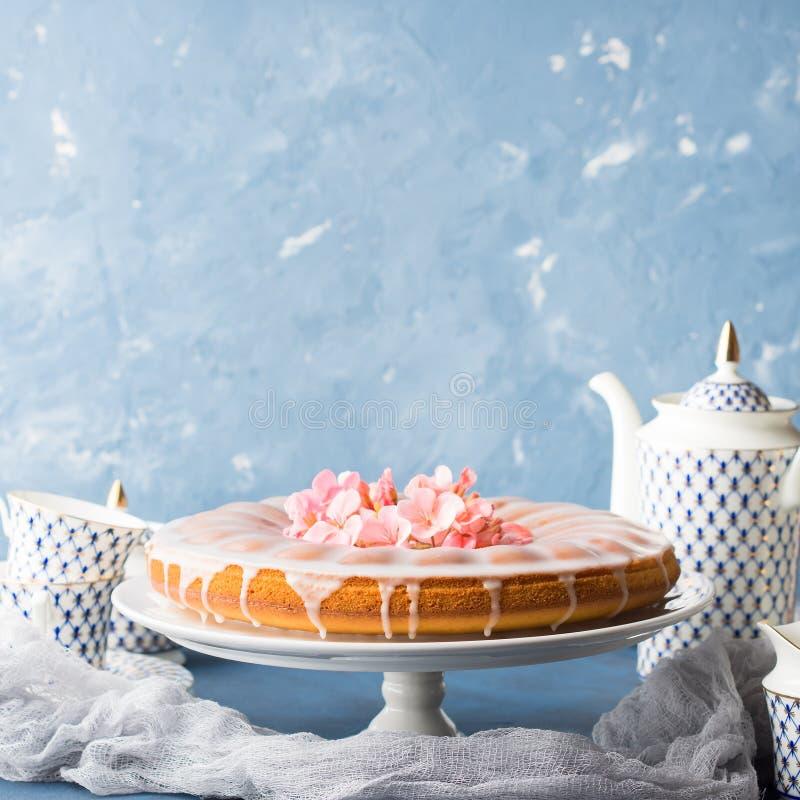 Bundt kaka med glasyr på kaka Festliga festvårblommor arkivbilder