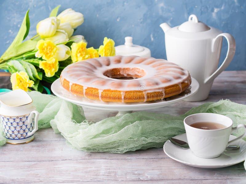 Bundt-Kuchen mit dem Bereifen Festlicher Nachtisch Ostern lizenzfreies stockbild